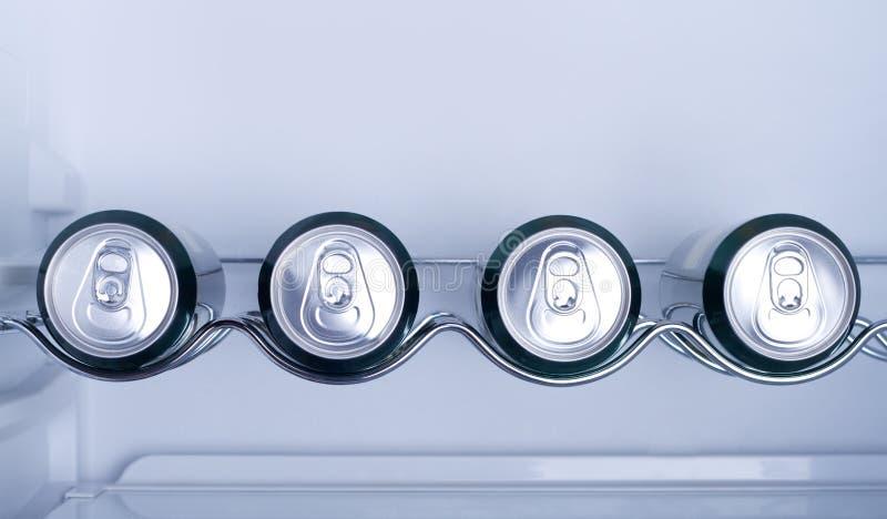 Bidons de boisson non alcoolique dans un réfrigérateur image stock