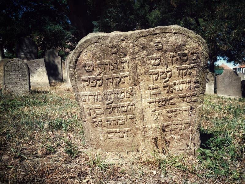 BIDZHOV, REPÚBLICA CHECA - 12 DE AGOSTO DE 2018: Cementerio judío antiguo en Europa Lápida mortuaria de piedra del siglo XV con e imagenes de archivo
