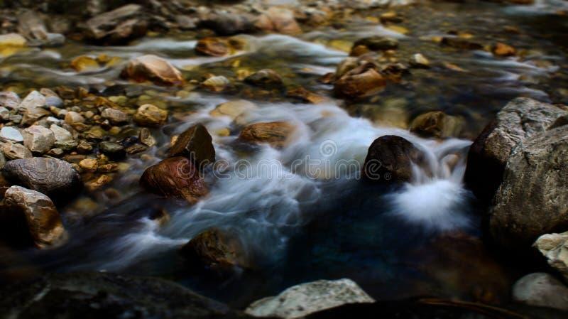 Bieżącej wody strumień przez skał fotografia royalty free
