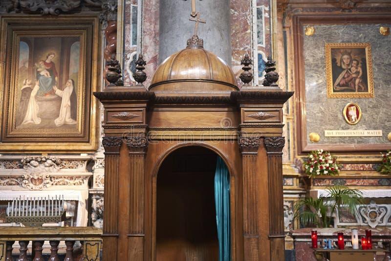 Biecht bij de kerk stock foto's