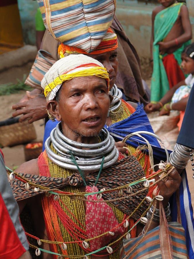 Bieden de stammenvrouwen van Bonda hun met de hand gemaakte ambachten aan stock afbeeldingen