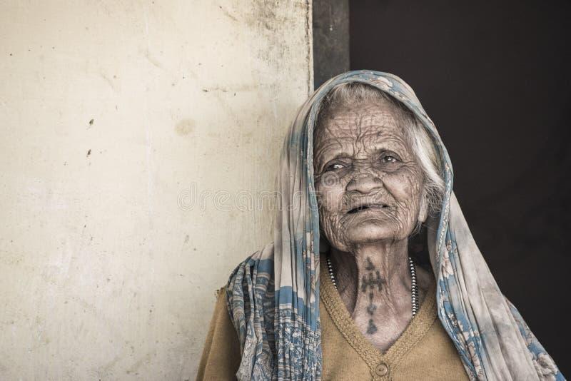 Biedna dama patrzeje kamerę obraz royalty free