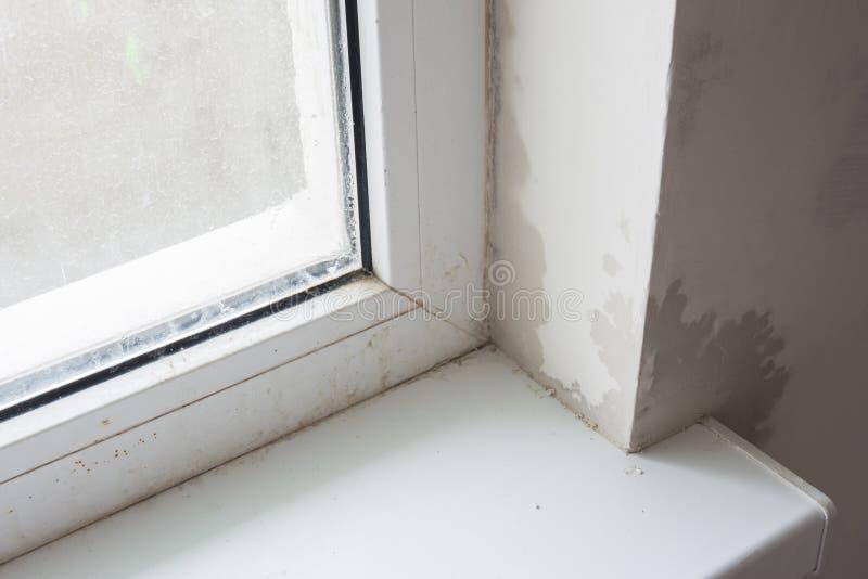 Biedna instalacja plastikowi okno, zdjęcie stock