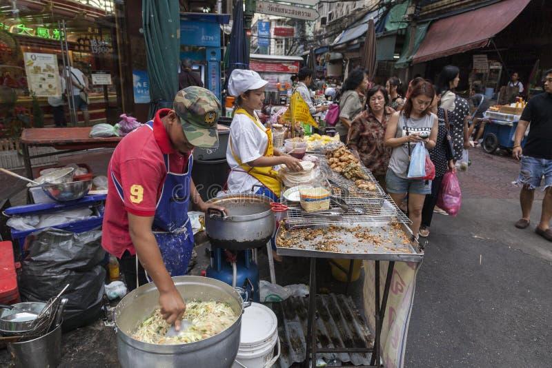 Biedna kobieta błaga w Bangkok zdjęcia stock