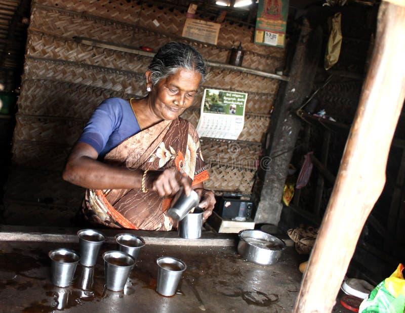 Biedna wiejska kobieta w jej herbacianym sklepie w tamil nadu fotografia stock