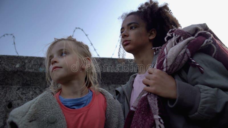 Biedne dzieci z torby wojennej, uciekające z kraju wojennego, bieda fotografia stock