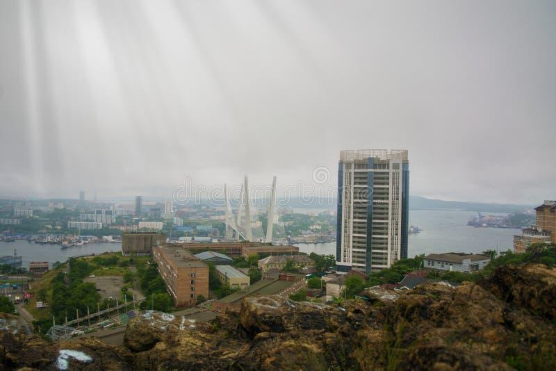 Biedne miasto widok od wzrostów, wysoka zatoka związywał bridżową, gęstą mgłę, Morski miasto zdjęcie stock