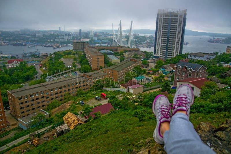 Biedne miasto widok od wzrostów, wysoka zatoka związywał bridżową, gęstą mgłę, Morski miasto, dolne widoczne kobiet nogi fotografia royalty free