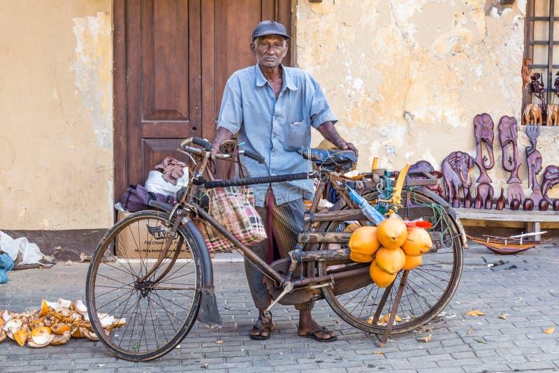 Biedni starego człowieka sprzedawania koks zdjęcia royalty free