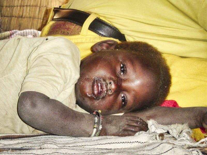 Biedny dziecka dziecko kłaść puszek na brudnej podłodze ludzie potrzebują niektóre pomoc pojęcie dla ubóstwa lub głodu ludzi, pra obraz stock
