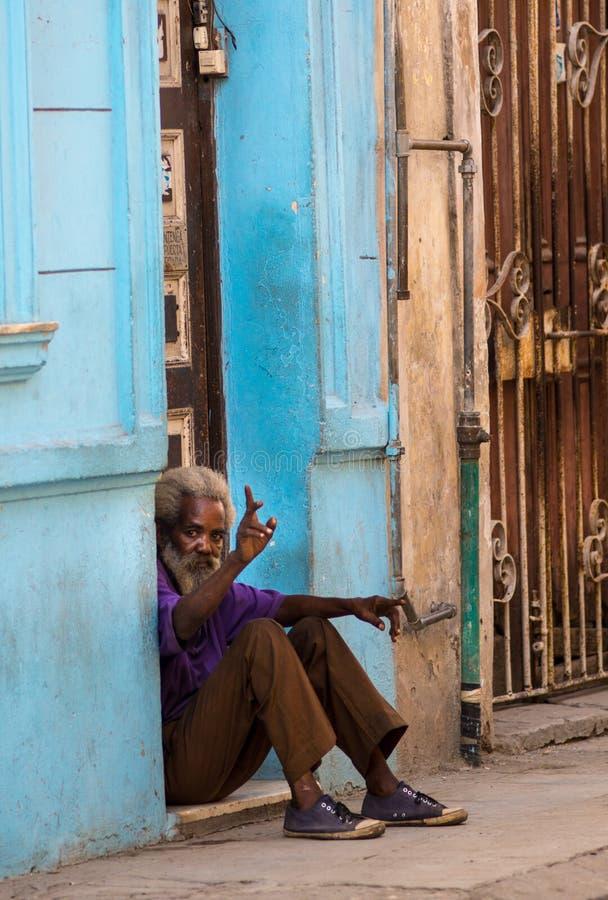 Biedny Kubański starego człowieka zdobycza portret w tradycyjnej kolorowej kolonialnej alei z starym życie stylem w stary Hawańsk fotografia royalty free