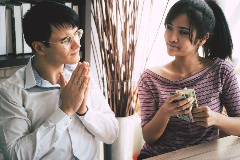 Biedny mąż błaga jego żony dla gotówkowego pieniądze obraz stock