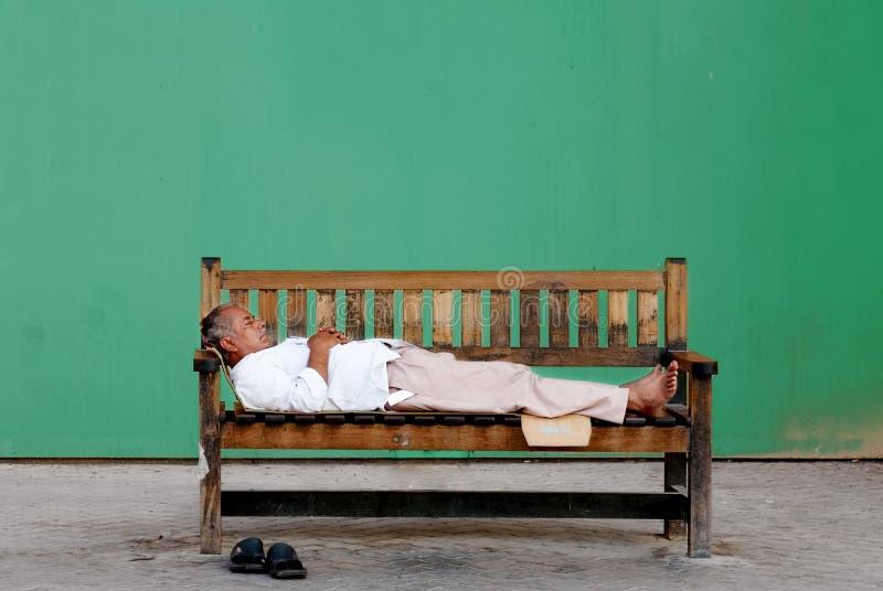 Biedny stary bezdomny Indiański mężczyzna obrazy stock