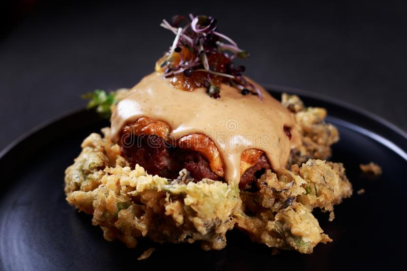 Biefstuk, schnitzel, geroosterd vlees met kool royalty-vrije stock afbeelding