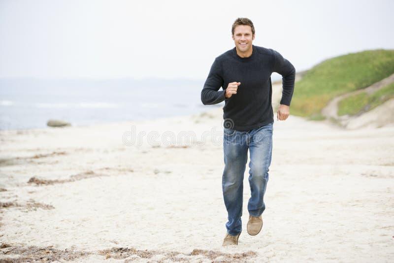 biegł na plaży zdjęcia royalty free