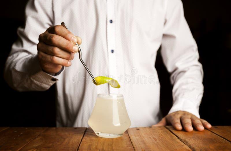Biegły barman robi wyśmienicie koktajlowi na drewnianym baru kontuarze Zamyka w g?r? strza?u obrazy royalty free