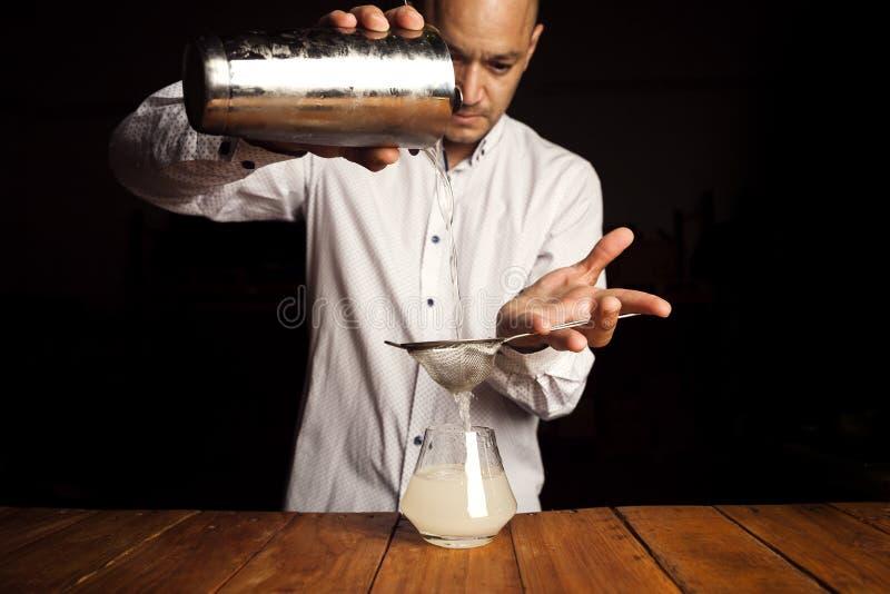 Biegły barman robi wyśmienicie koktajlowi fotografia stock