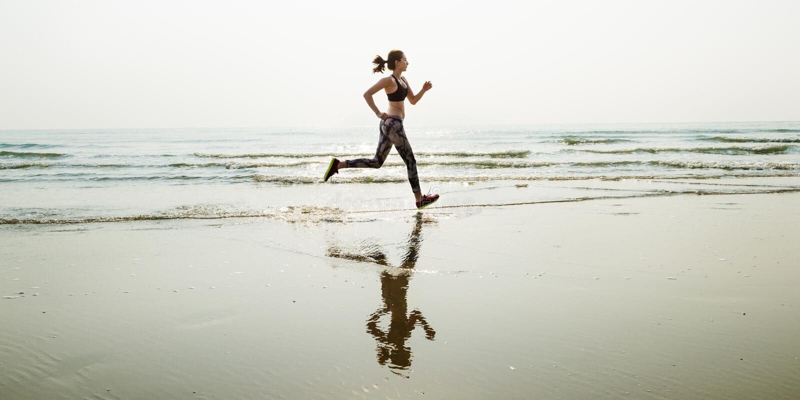 Bieg piaska Denny sport Sprint Relaksuje ćwiczenia Plażowego pojęcie zdjęcia stock