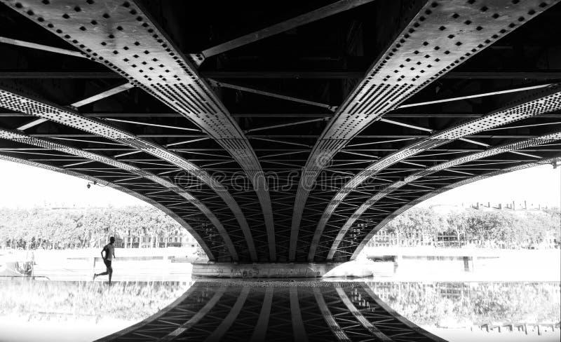 Biegać pod mostem zdjęcia stock
