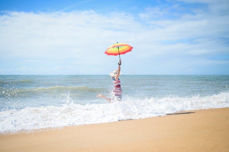 Biegać w fala excited romantycznej kobiety na plażowego spaceru pogodnym tle obrazy royalty free