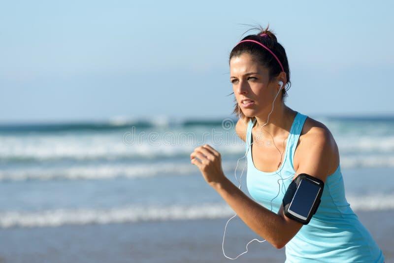 Biegać z słuchawkami i sporta zespołem zdjęcie royalty free