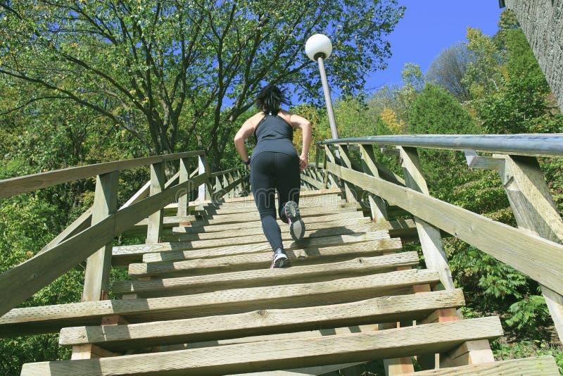 Biegacz atlety bieg na schodkach Kobiety sprawność fizyczna obrazy royalty free