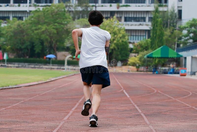 Biegacz atlety mężczyzna bieg na trackrace Jogging dla zdrowego pojęcia obraz royalty free