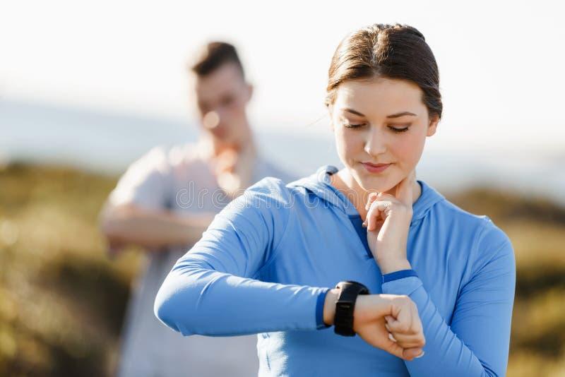 Biegacz kobieta z tętno monitoru bieg na plaży obraz stock