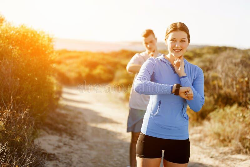 Biegacz kobieta z tętno monitoru bieg na plaży fotografia royalty free