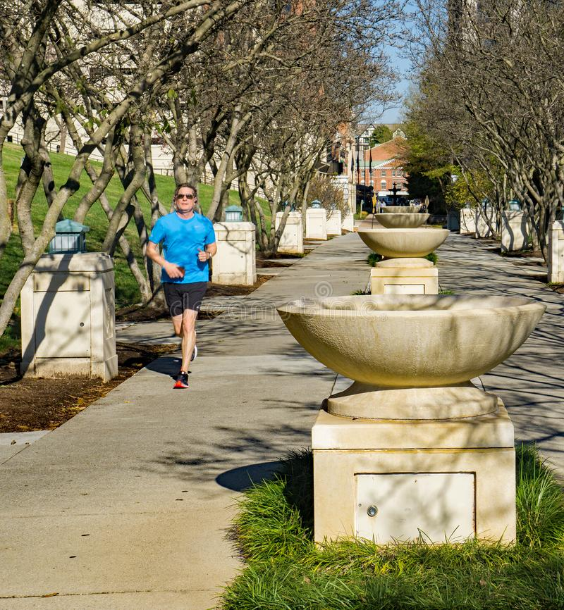 Biegacz przy fontanna rzędem przy Elmwood parkiem, Roanoke, Virginia, usa zdjęcie royalty free