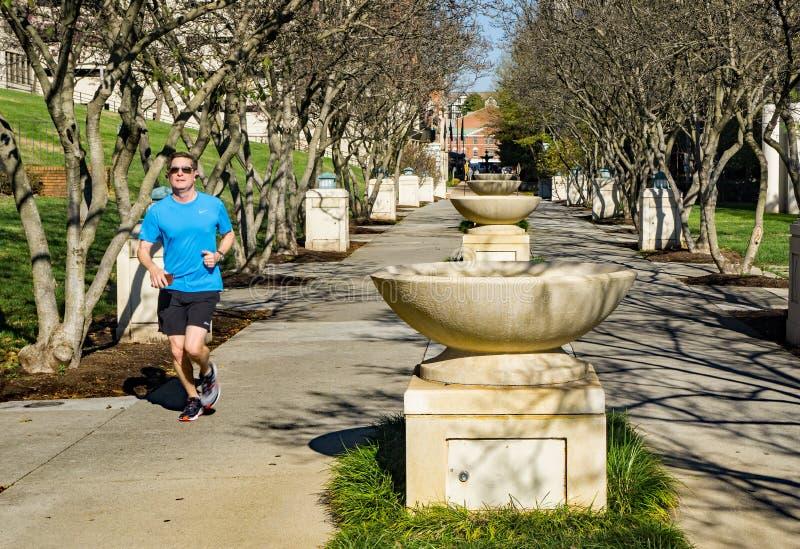 Biegacz przy fontanna rzędem przy Elmwood parkiem, Roanoke, Virginia, usa - 2 obrazy stock