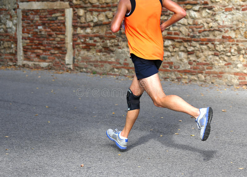 Biegacza bieg post z kolanowym brasem wspierać mięśnia wiązadło zdjęcie royalty free