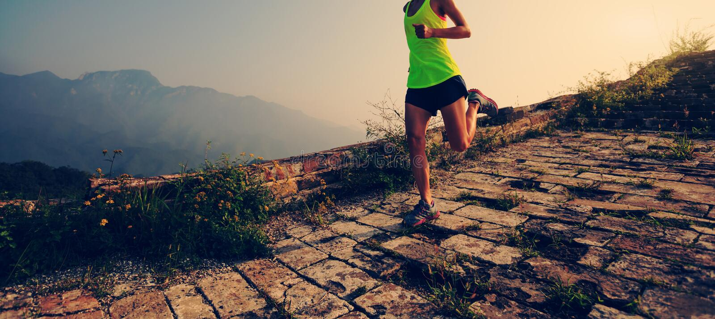 Biegacza bieg przy wielkim murem na wierzchołku góra obrazy royalty free