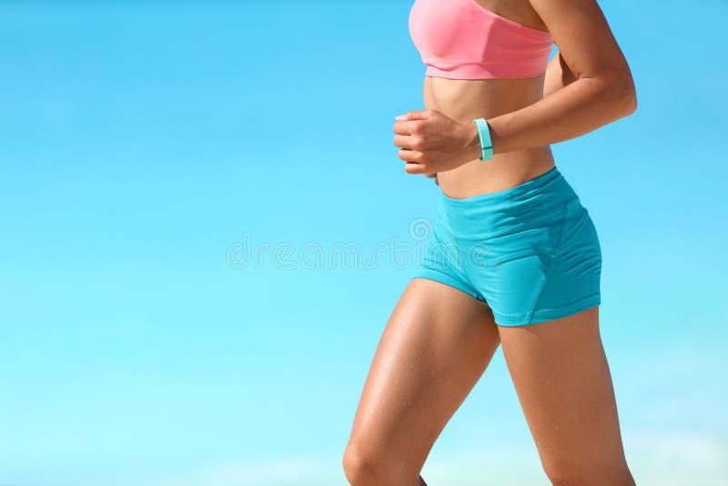 Biegacza bieg z smartwatch aktywności tropicielem zdjęcie royalty free