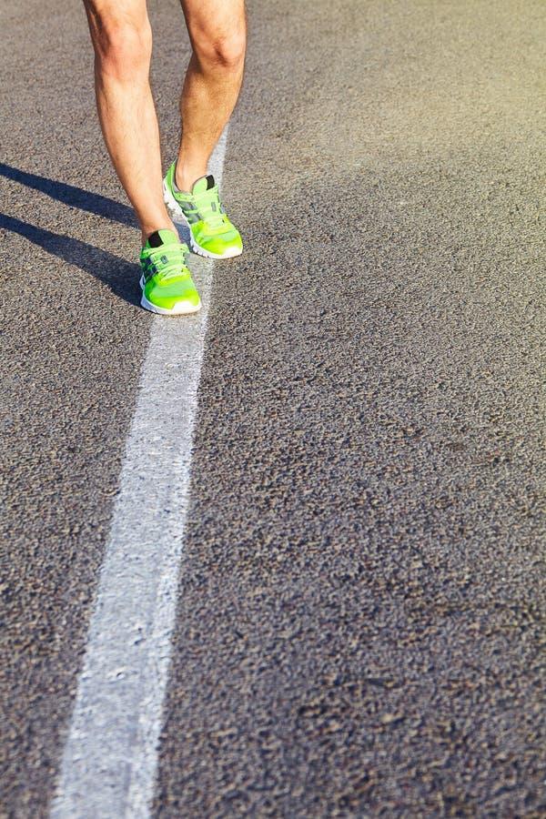 Biegacza mężczyzna cieki Biega na Drogowym zbliżeniu na bucie zdjęcia stock