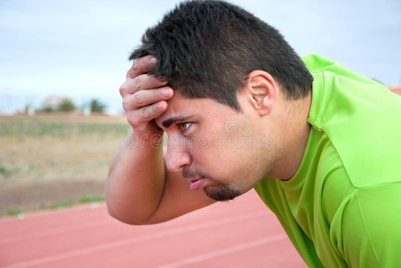 Biegacza mężczyzna odpoczywa po ćwiczenia obraz royalty free
