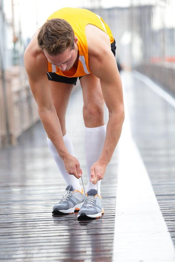 Biegacza mężczyzna wiąże koronki na działających butach, Nowy Jork fotografia royalty free