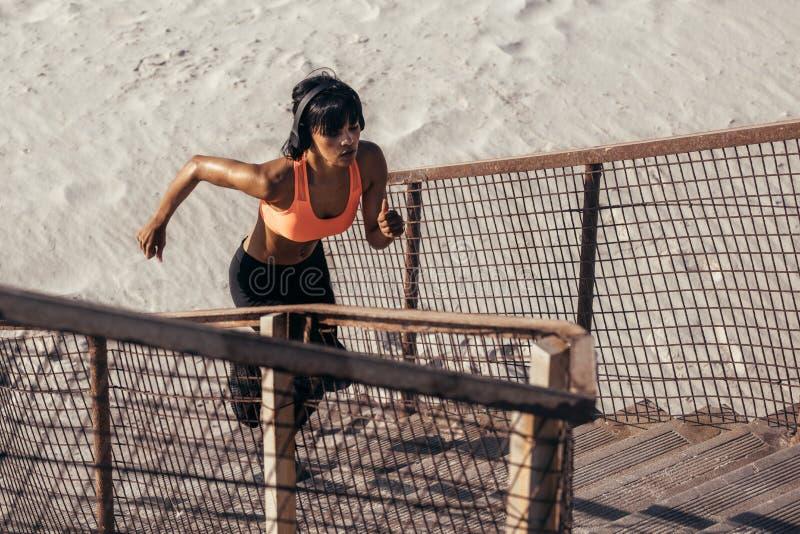 Biegacza pięcia kroki na plaży zdjęcia stock