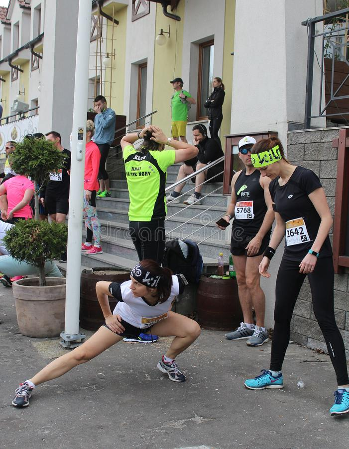 Biegacze robi rozciąganiu przed początkiem działająca rywalizacja obrazy royalty free