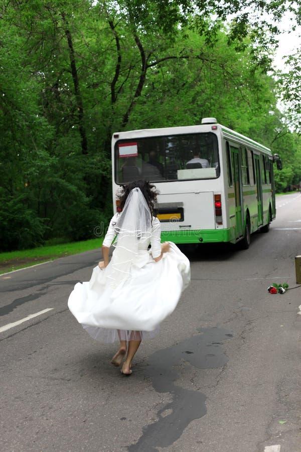 biegający panna młoda oddalony autobus obrazy royalty free