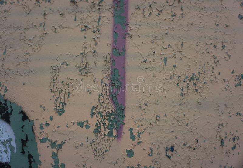 Biege en Gray Dirty Plaster Wall, met het Vallen van Vlokken van Verf Ruwe oppervlakte Oude Doorstane Geschilderde Textuur Als ac stock fotografie