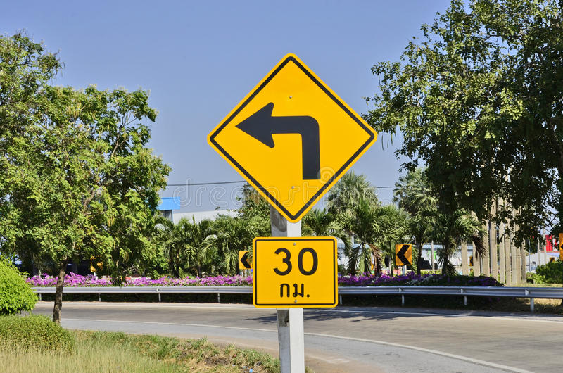 Biegen Sie mit begrenztem Geschwindigkeitszeichen nach links ab stockfotografie