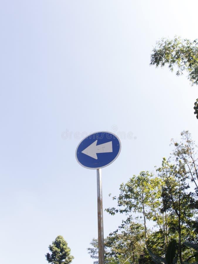 Biegen Zeichen-blaue Farbe nach links ab stockbilder