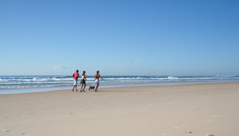 biegnę na plaży obrazy stock