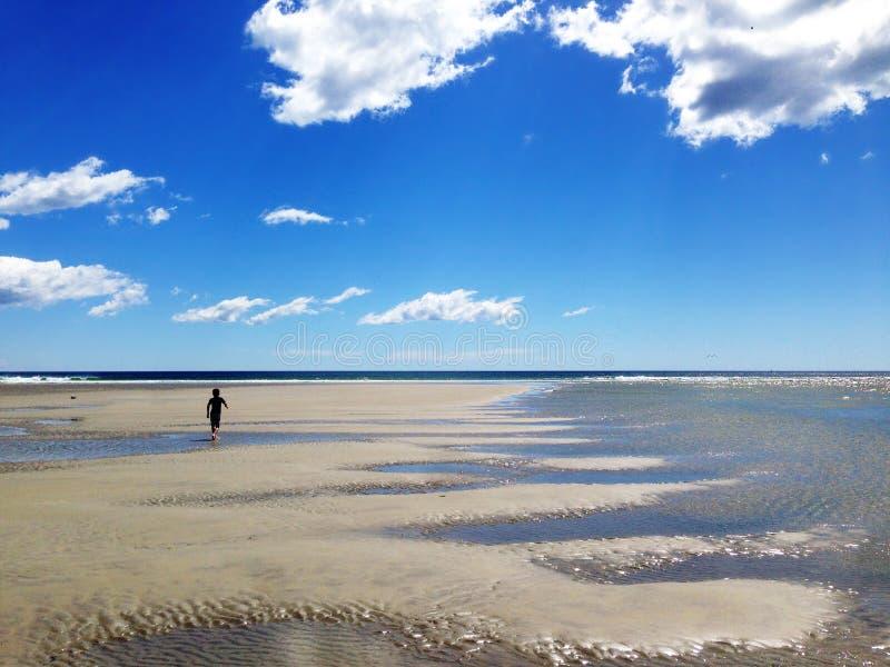 biegnij chłopca na plaży obraz royalty free