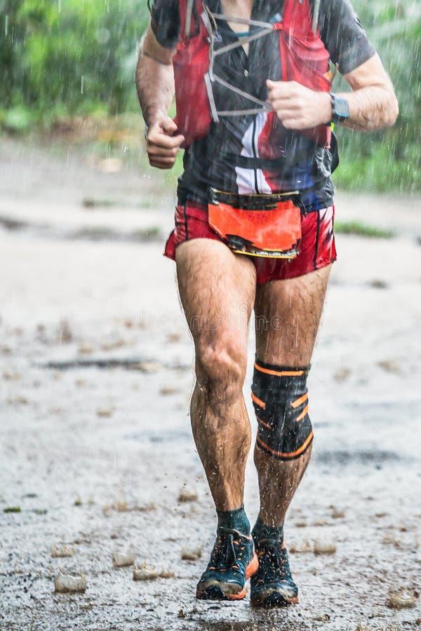Biegnij deszczem,Biegacz biegnący przez kraj,Szlak biegnący w lesie,góra jesiennym śladem błota i kamieni,Na północ od Tajlandii, zdjęcie royalty free