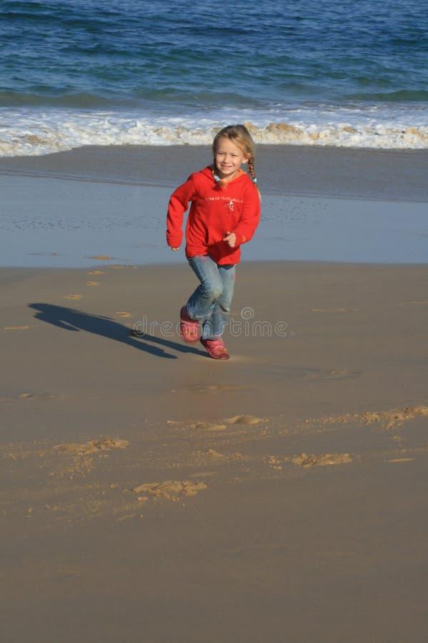 biegnij dzieciaka na plaży obraz royalty free