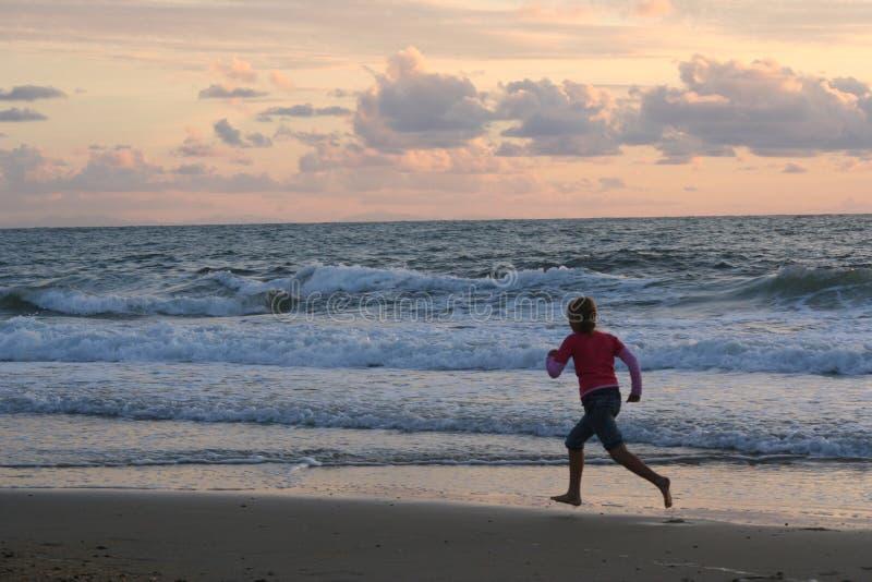 biegnij na plażę fotografia stock