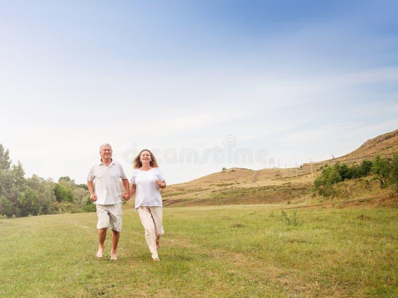 biegnij szczęśliwa para obrazy royalty free