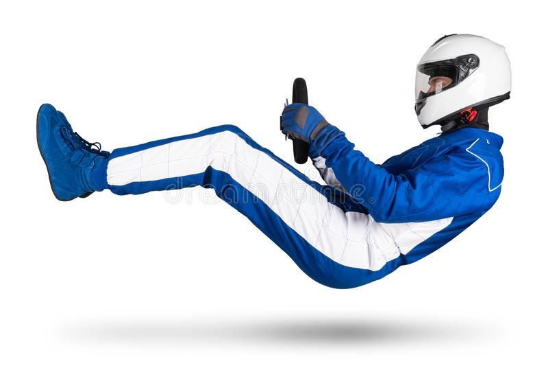 Biegowy kierowca w błękitnym białym motorsport kombinezonie unosi się nad ziemią w napędowego siedzenia pozycji z kierownica butó obraz stock